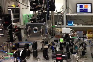 構築した実験システム。数多くの光学部品と高周波電気回路からなる。